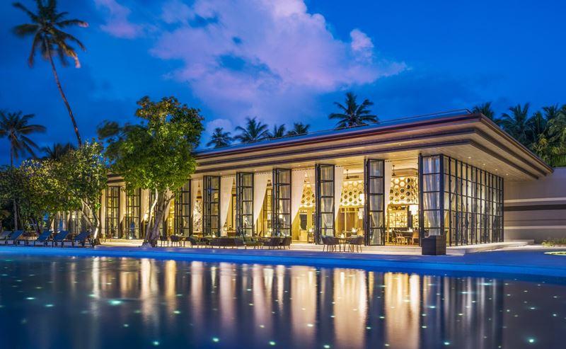 Ресторан Alba курорта The St. Regis Maldives Vommuli Resort расположен у бассейна