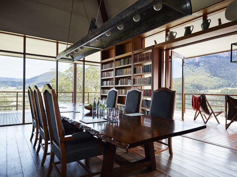 Курорт Emirates One&Only Wolgan Valley в Австралии - зал с большими окнами