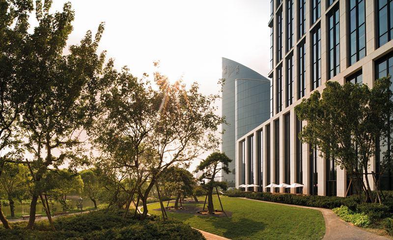 Bulgari Hotel Beijing - архитектура и сады рядом с отелем в Пекине