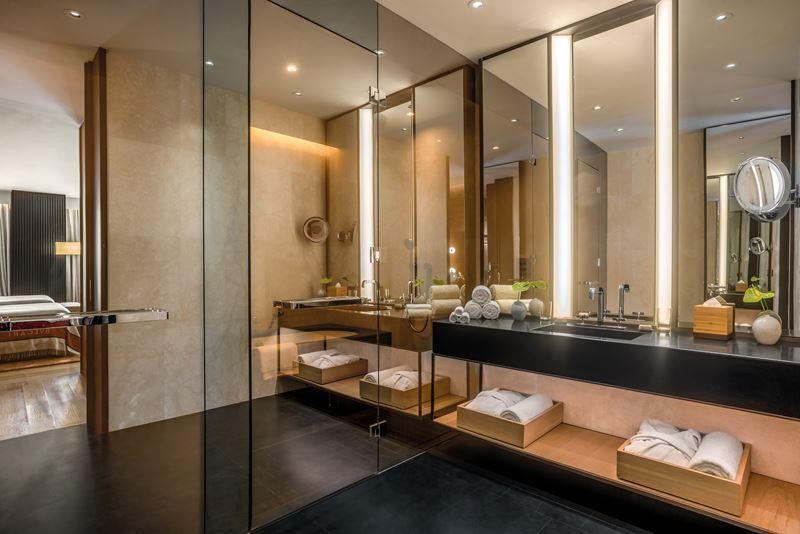 Bulgari Hotel Beijing - ванная комната - дизайн интерьера с зеркалом и полотенцами