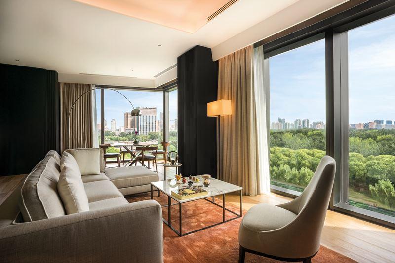 Bulgari Hotel Beijing - дизайн интерьера гостиной с панорамными видами из окна