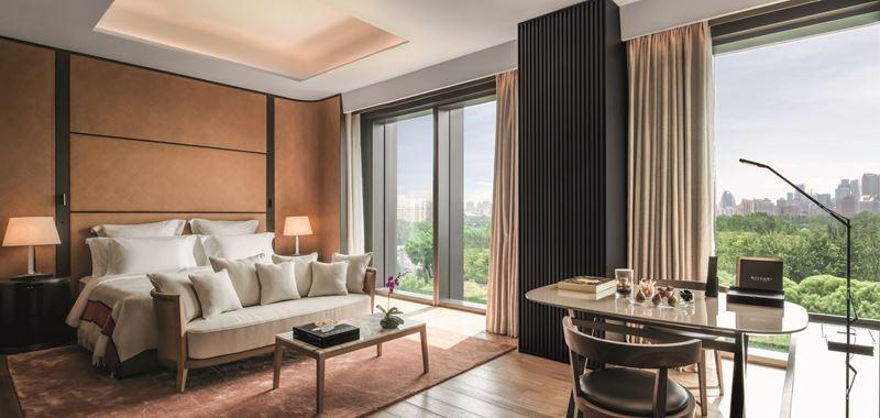 Bulgari Hotel Beijing - номер premium room - дизайн интерьера с видом из окна