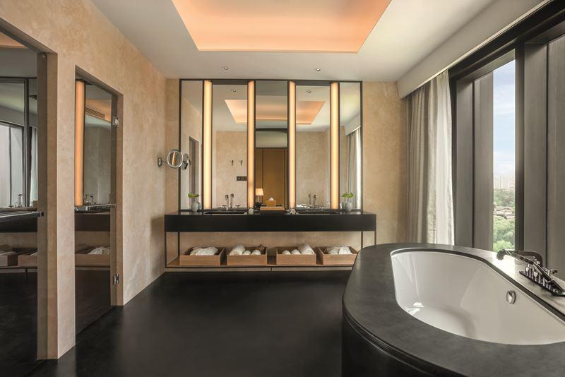 Bulgari Hotel Beijing - ванная комната с видом из окна на панораму города