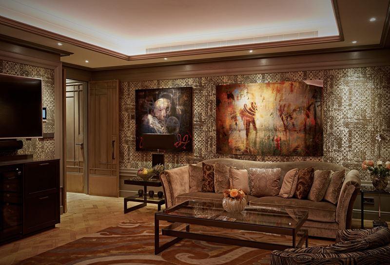 Бутик-отель TwentySeven в Амстердаме - дизайн гостиной номера с картинами на стенах