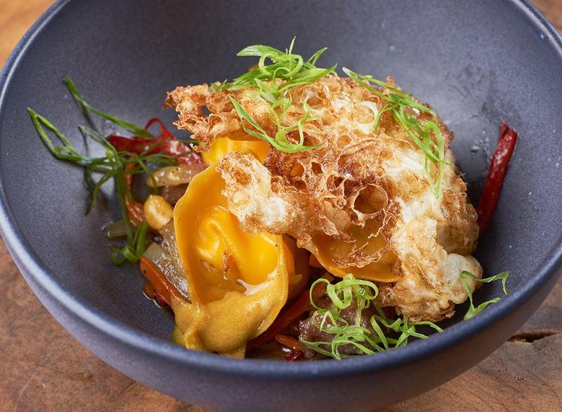 Специальный сет в ресторане MODUS - сырные равиоли с телятиной карри и хрустящим яйцом