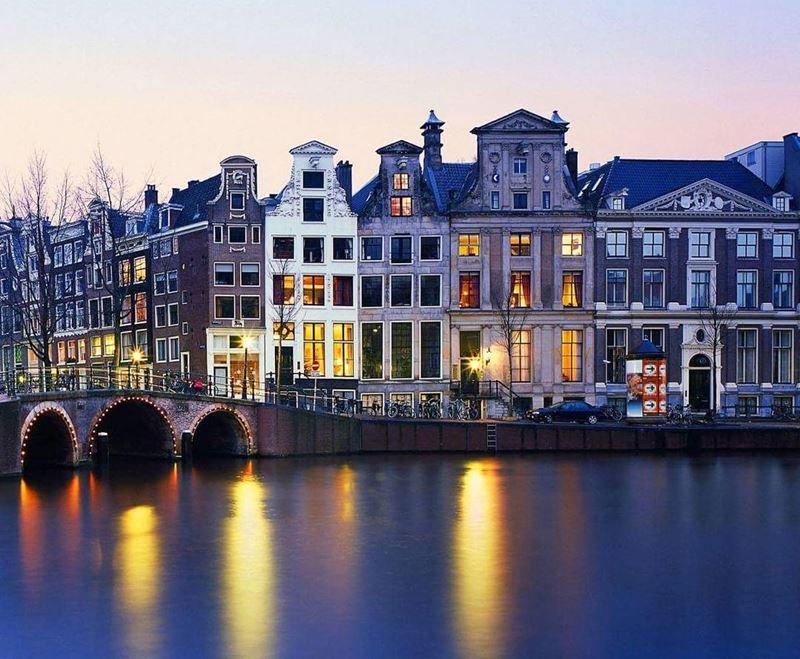 Красивые города Нидерландов: канал Амстердама на закате