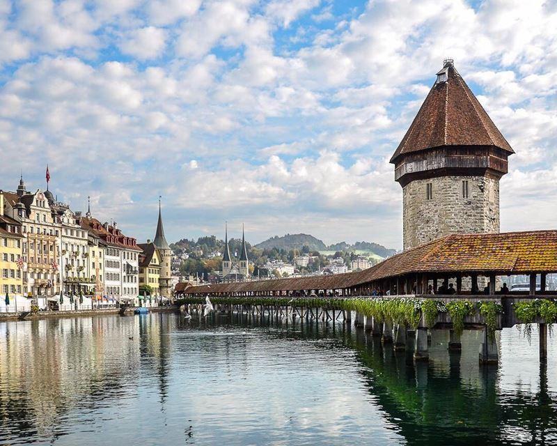 Красивые города Швейцарии: Люцерн, вид на средневековую архитектуру с озера