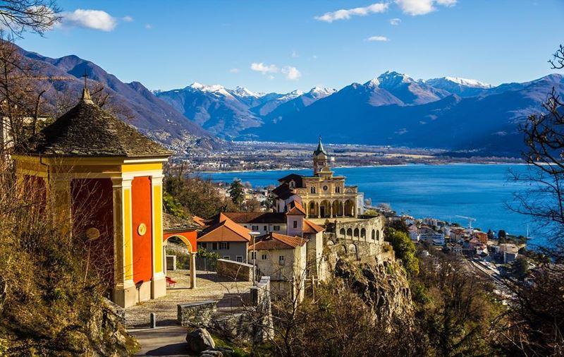 Красивые города Швейцарии: вид на озеро Лаго Маджоре в Локарно