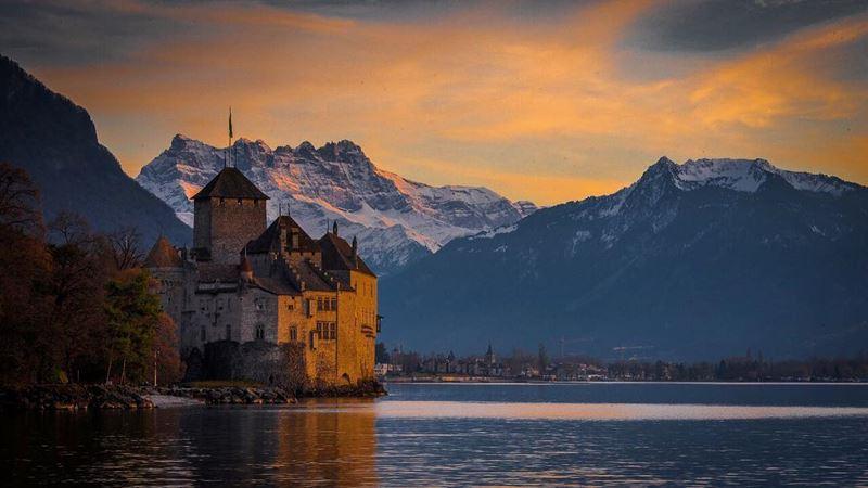 Красивые города Швейцарии: Монтрё на закате, вид на замок и горы