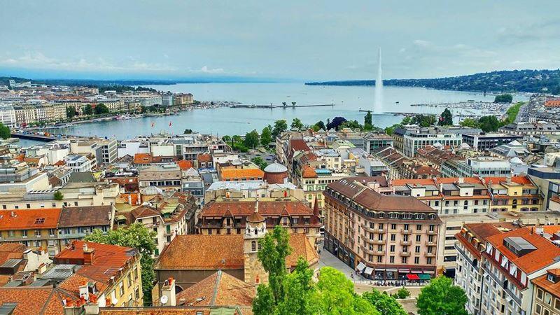 Красивые города Швейцарии: Женева - вид из города на озеро