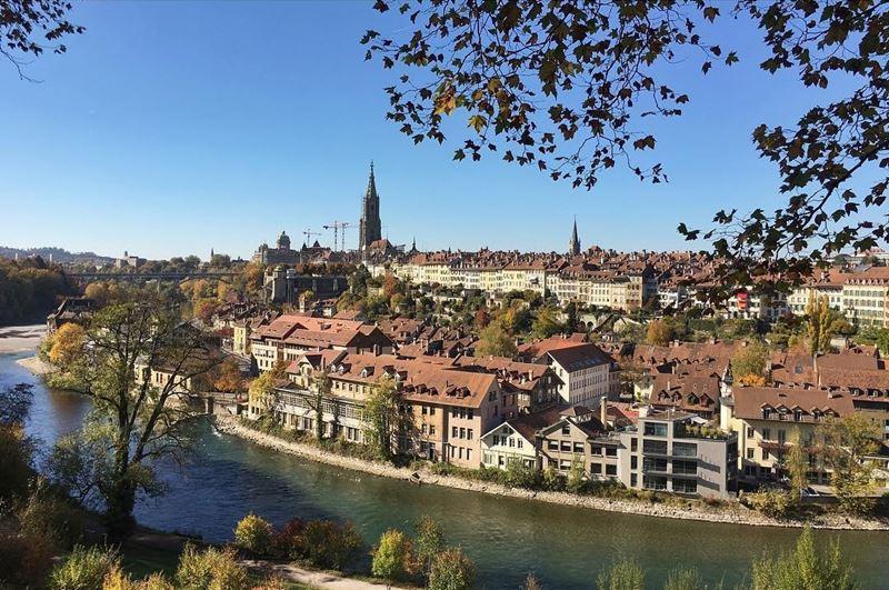 Красивые города Швейцарии: Берн, вид на полуостров и реку Аре