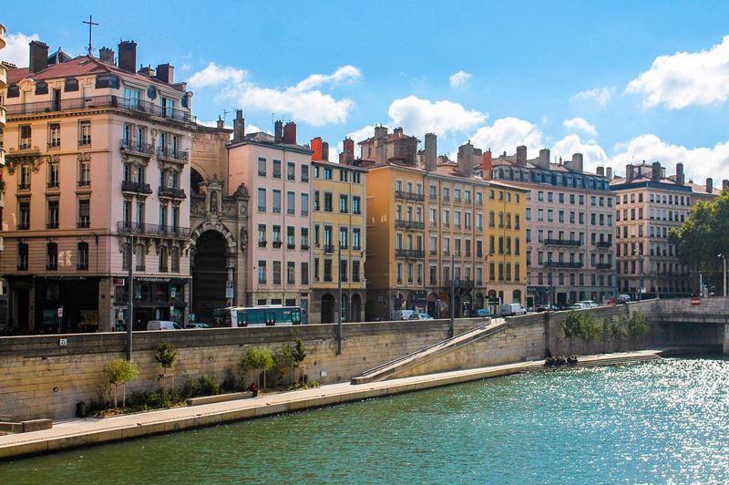 Крупные и красивые города Франции: набережная реки Соны в Лионе