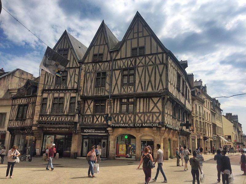 Крупные и красивые города Франции: улица Свободы в центре Дижона