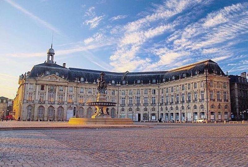 Крупные и красивые города Франции: площадь Биржи в Бордо