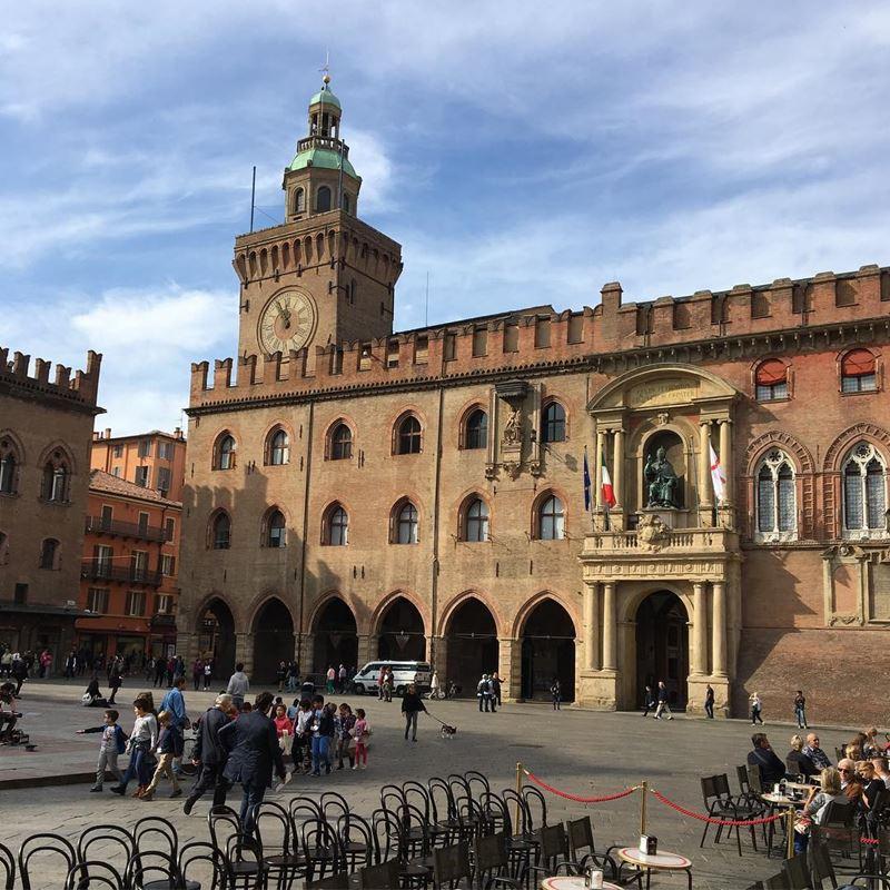 Крупные и красивые города Италии: площадь Маджоре в Болонье
