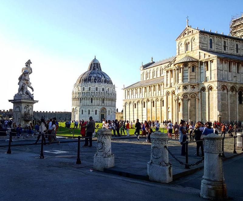 Крупные и красивые города Италии: площадь Мираколи в Пизе