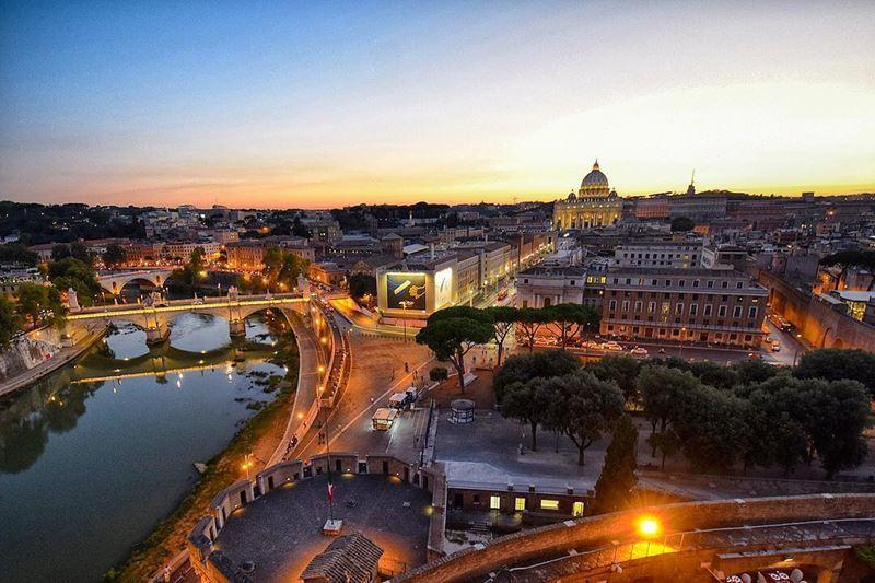 Крупные и красивые города Италии: вид сверху на ночной Рим