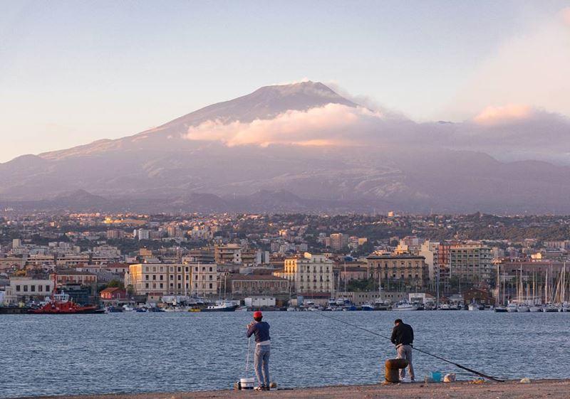 Крупные и красивые города Италии: вид на вулкан Этна в Катании