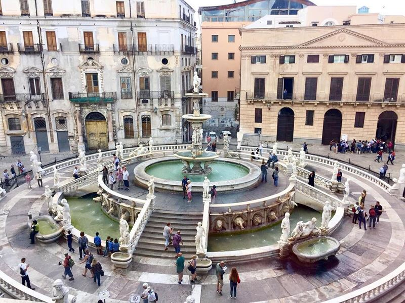 Крупные и красивые города Италии: Площадь Стыда с фонтаном в Палермо