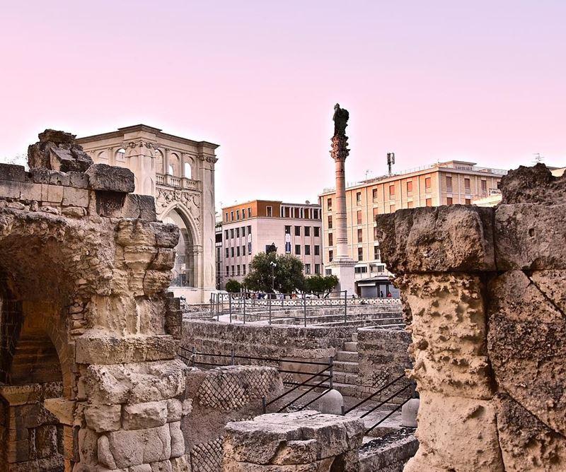 Крупные и красивые города Италии: римский амфитеатр в Лечче с колонной Святого Оронция