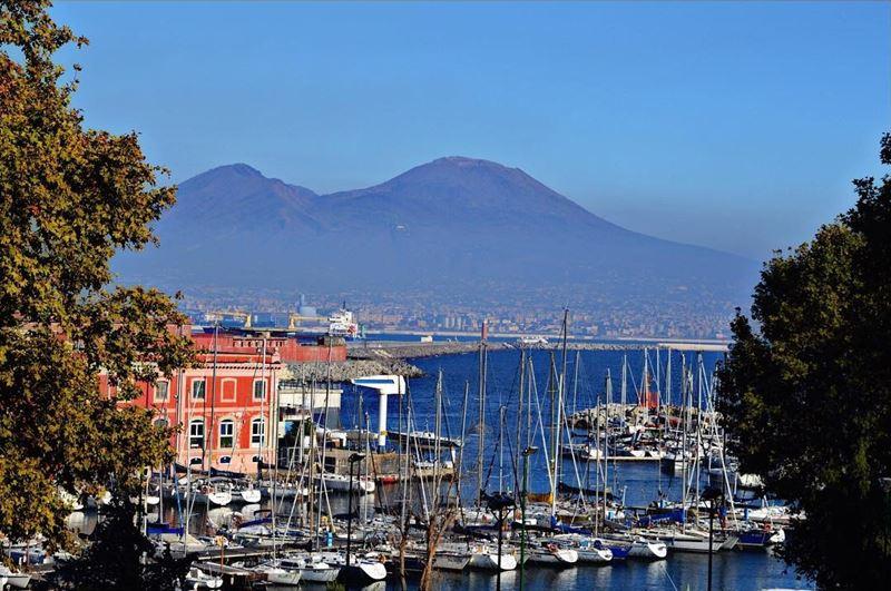 Крупные и красивые города Италии: Порт Неаполя и вид на Везувий
