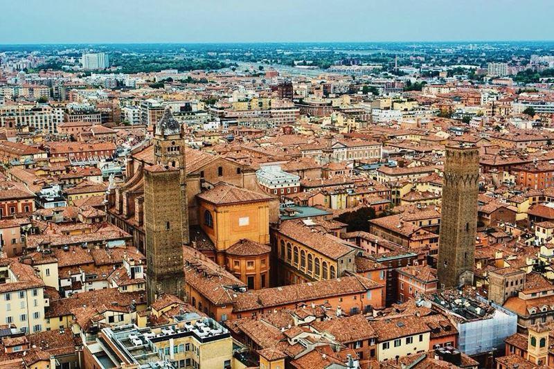Крупные и красивые города Италии: вид на Болонью