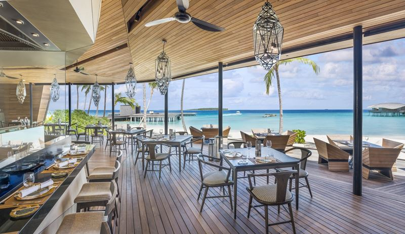 Ресторан Orientale курорта The St. Regis Maldives Vommuli Resort с видом на Индийский океан