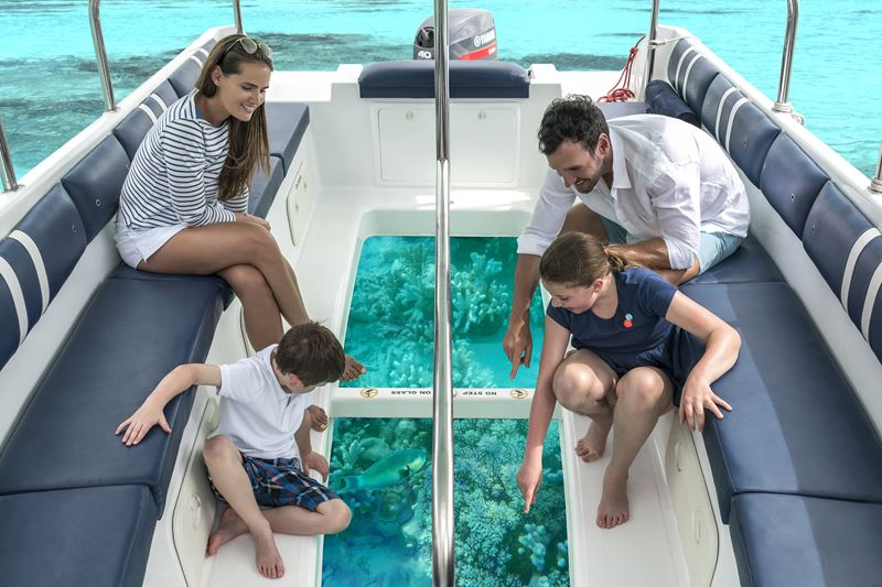 Shangri-La`s Villingili Resort & Spa - семейная прогулка на лодке с прозрачным дном