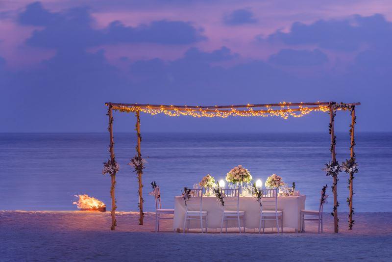 Свадьба на курорте St. Regis Maldives Vommuli Resort - вкусный ужин на фоне мальдивского заката