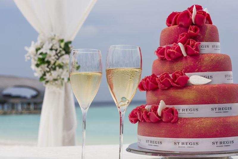 Свадьба на курорте St. Regis Maldives Vommuli Resort - фирменные свадебные десерты от шеф-поваров