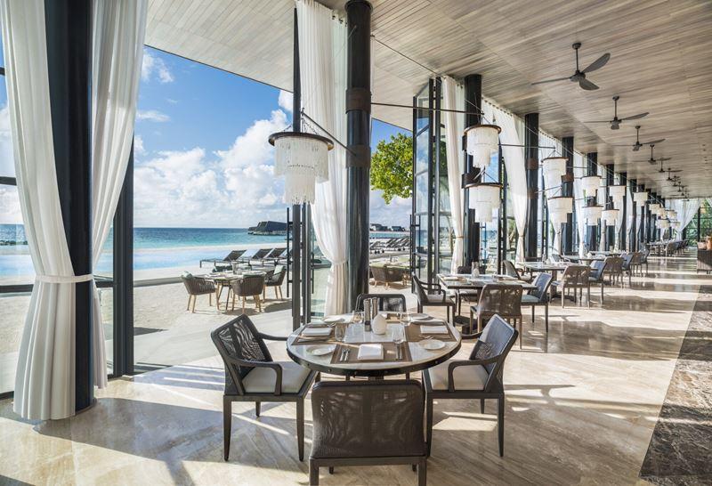 Свадьба на курорте St. Regis Maldives Vommuli Resort - интерьер ресторана Alba