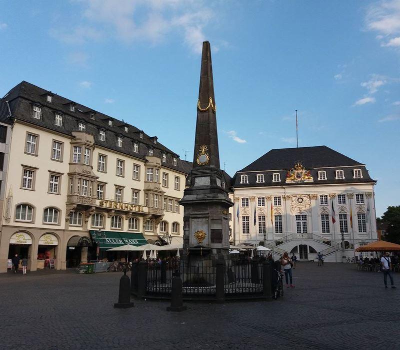 Крупные и красивые города Германии - Фонтан-обелиск на рыночной площади в Бонне