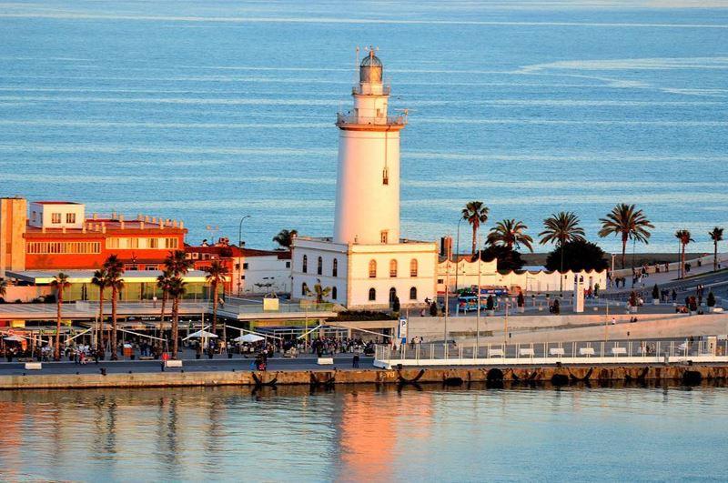 Крупные и красивые города Испании - Малага - маяк в порту