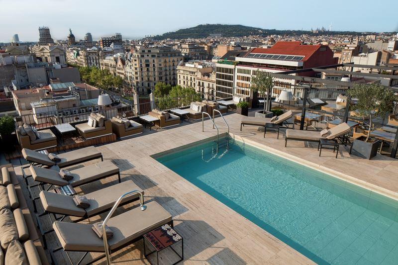 Majestic Hotel & Spa Barcelona - терраса-руфтоп с бассейном с видом на Барселону