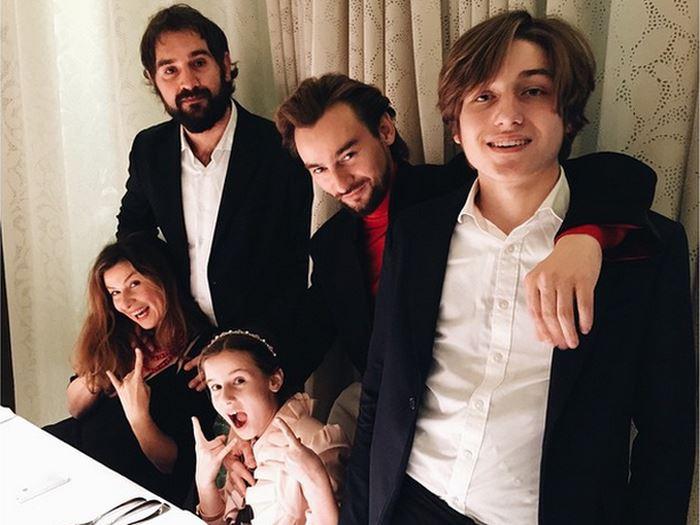«Орёл и решка»: ведущие - Жанна Бадоева с семьёй