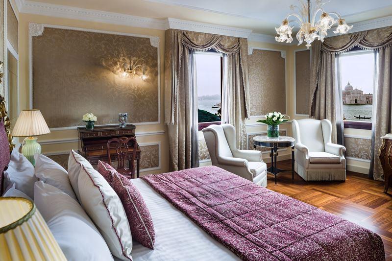 Отель Baglioni Hotel Luna в Венеции - исторический интерьер номера Suite с видом на город