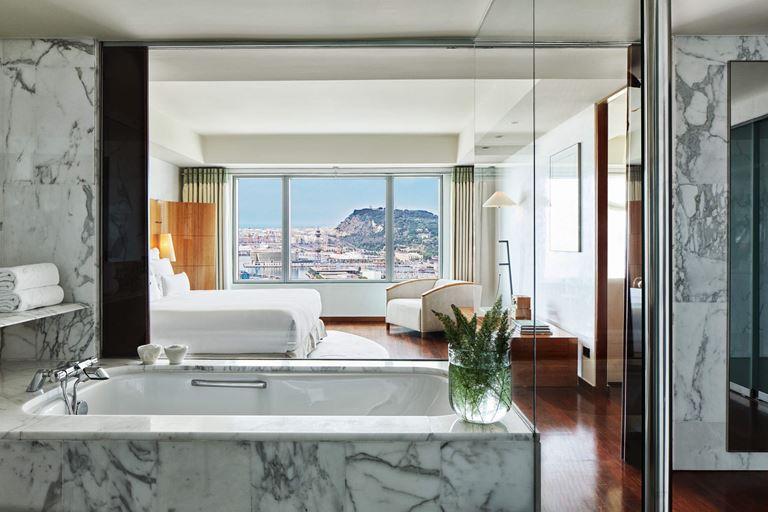 Пентхаусы Hotel Arts Barcelona - мраморная ванная, белоснежная постель и панорамный вид из окна