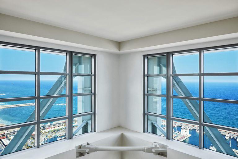 Отель Arts Barcelona: вид на Срезиземное море с пляжем