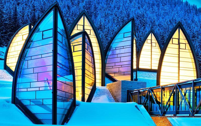 Катание на лыжах на рассвете на курорте Tschuggen Grand Hotel (Ароза, Швейцария)