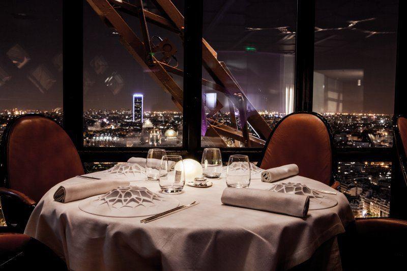 Высокие панорамные рестораны: Jules Verne в Эйфелевой башне (Париж, Франция)