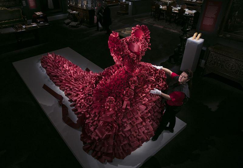 Фотовыставка «In Fashion» в отеле Le Royal Monceau-Raffles Paris - Зои Брэдли и бумажное платье