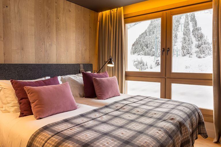 Hermitage Mountain Residences  - интерьер номера с двуспальной кроватью с видом на горы