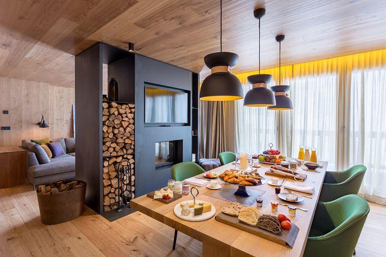 Hermitage Mountain Residences  - интерьер номера со столом и креслами
