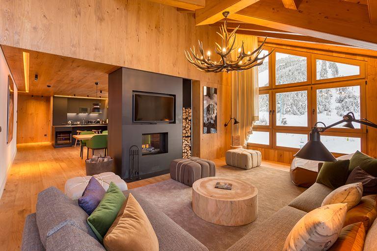 Hermitage Mountain Residences  - интерьер номера с лаунж-зоной с камином