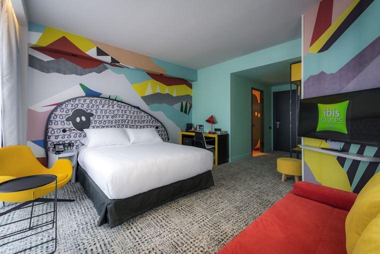 Отель ibis Styles Тбилиси Центр - интерьер номера в ярких цветах