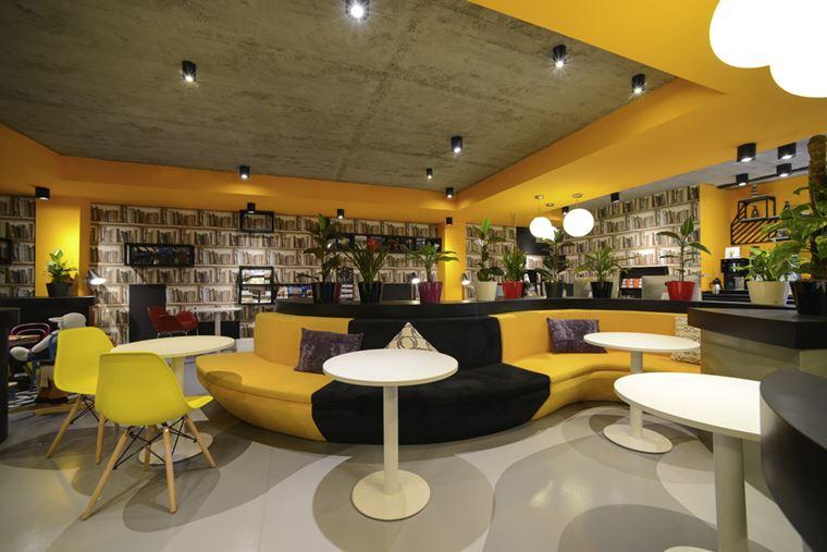 Отель ibis Styles Тбилиси Центр - лаунж зона с библиотекой и диваном