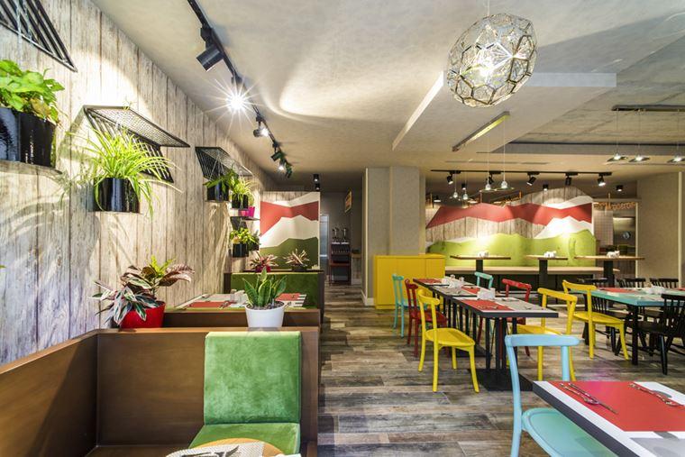 Отель ibis Styles Тбилиси Центр - яркий интерьер со столиками