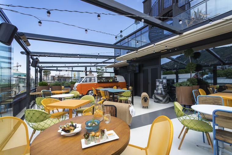 Отель ibis Styles Тбилиси Центр - открытая терраса со столиками на крыше