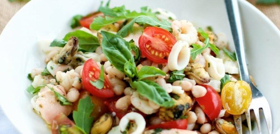Итальянский салат с морепродуктами и белой фасолью