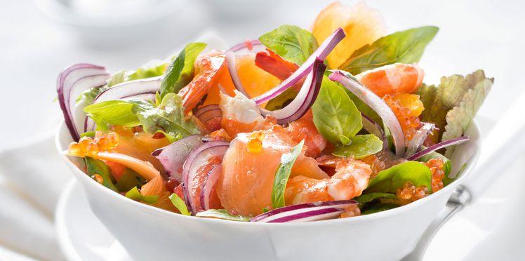 Норвежский салат с красной рыбой, авокадо, креветками и икрой